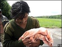Iv�n Bautista Reimundo lleva los restos de su hija muerta poco despu�s de nacer en Escuintla, Guatemala