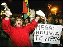 Supporters of Bolivian President Carlos Mesa urge him not to resign on Sunday 6 March