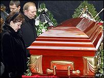 Ex-President Leonid Kuchma and wife Lyudmila next to Kravchenko coffin