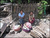 Mujeres que perdieron sus viviendas en Panabaj (Foto, Mariusa Reyes)