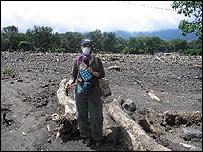 La corresponsal de BBC Mundo en lo que fue el campo de f�tbol de Panabaj (Foto Mariusa Reyes)