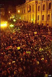 Decenas de miles de simpatizantes del presidente Mesa frente al Palacio Presidencial.