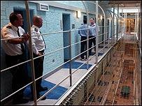Dos guardias vigilan a dos presos en la prisi�n de Durham, Inglaterra.