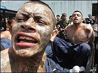 Pandilleros de dos bandas rivales pelean en una prisi�n en Guatemala.