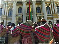 Indígenas bolivianos esperando frente al palacio Presidencial