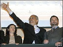 Carlos Mesa (centro) acompañado de su esposa y el canciller de Bolivia.