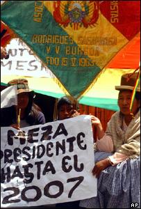 Bolivian street vendors supporting Bolivian President Carlos Mesa