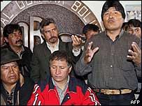 Evo Morales (der) con l�deres ind�genas y sindicales.