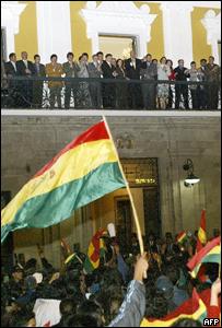 El presidente de Bolivia y su gabinete de gobierno saludan a partidarios.
