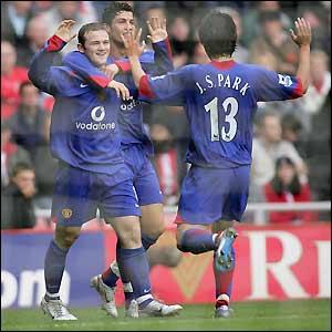 Man Utd celebrate Wayne Rooney's goal