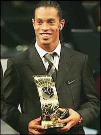 Ronaldinho recibe el premio en 2004.