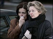 Una mujer no puede contener las lágrimas en uno de los homenajes a las víctimas.