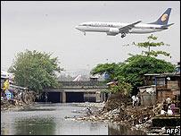 Avión sobrevolando barrio pobre