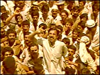 A crowd listens to Saddam Hussein in Dujail (1982 TV footage)