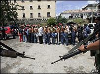 La polic�a carcelaria transporta a varios prisioneros de Guatemala.
