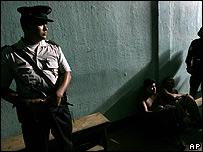 Polic�a de un c�rcel de Centroam�rica.