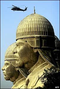 Helicóptero sobrevuela el lugar donde quedan las últimas estatuas de Saddam Hussein.