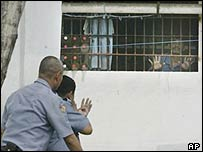 Filipino police negotiate with inmates in Manila