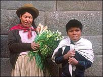 Mujer peruana con su hijo