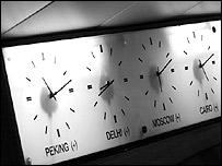 Relojes mostrando la hora en Pekín, Nueva Delhi, Moscú y El Cairo