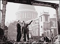Reportero tras bombardeos en Londres durante la II Guerra Mundial