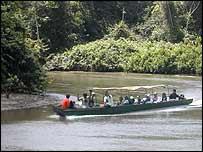 Turistas en una expedici�n selv�tica en Ecuador.