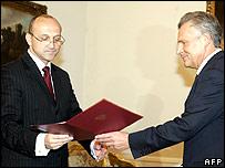 Kazimierz Marcinkiewicz (left) with President Aleksander Kwasniewski (right)
