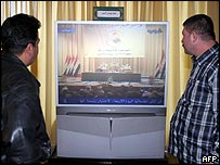Men watch relay of assembly session in Baghdad
