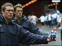 Jonny Wilkinson and James Cracknell hand out drinks
