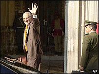 El presidente Carlos Mesa llega a la sede del gobierno, luego de la aprobación de la nueva ley.