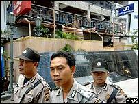 Indonesian policemen guard the 01 October's bomb blast site in Kuta, on Bali island, 07 October 2005