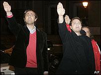 Simpatizantes de Franco hacen el saludo fascista.