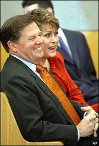 Tom DeLay y su esposa en un juzgado.