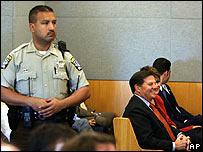 Tom DeLay (derecha), con un guardia en la corte