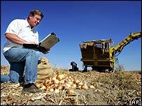 Bob Hale de American Onion muestra como usa su portátil con capacidades inalámbricas en  una esquina remota de Oregon.