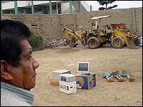 Un agricultor en Perú observa los computadores que se van a instalar en su comunidad.