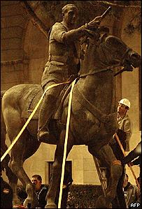 Estatua de Franco siendo desmontada en Madrid