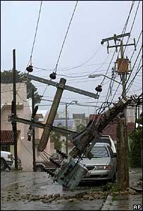 Los vientos de Wilma derrumban postes y líneas eléctricas en Cancún