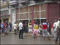 Cubanos hacen cola para comprar provisiones (Foto Raquel Pérez)