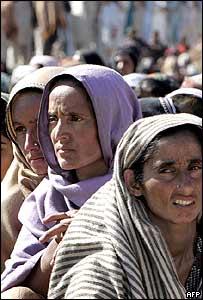 نساء باكستانيات في كشمير ينتظرن الحصول على مساعدات