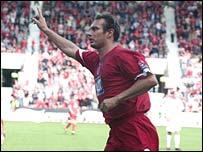 Noel Whelan celebrates with Aberdeen