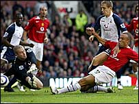 Mikael Silvestre slots home for Man Utd