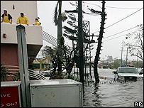 Personas atrapadas en un hotel en Cancún miran las calles inundadas.