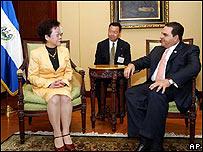 Annette Lu, vicepresidenta de Taiwán y Antonio Saca, presidente de El Salvador.