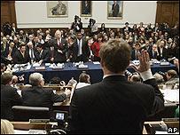 El presidente de la Comisión del Senado tomando juramento a los jugadores.
