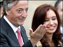 El presidente de Argentina, Néstor Kirchner y su esposa Christina quién aspira al senado de su país