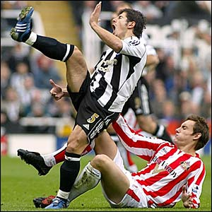 Dean Whitehead welcomes Emre to the Tyne-Wear derby
