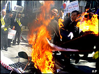 South Korean protester sets fire on himself during a rally against Japan's sovereignty  - 18/3/05