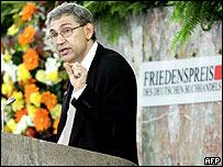 Orhan Pamuk recibe el premio en Francfort