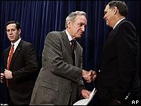 Los senadores Tom Harkin, demócrata, izq. y Mel Martínez, republicano, der.